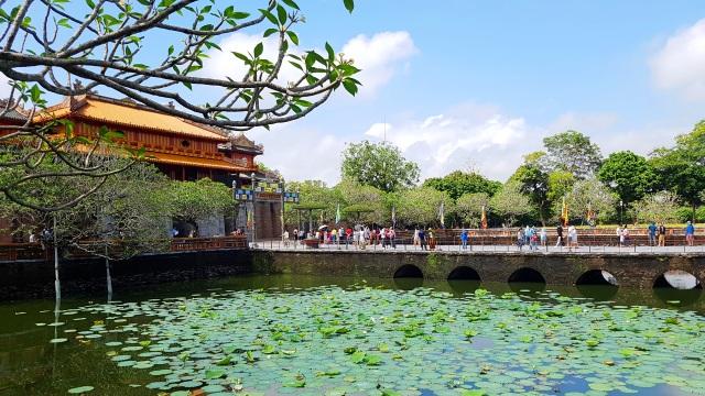 Rất nhiều người dân, du khách tham quan di tích Huế ngày 30/4 - 8