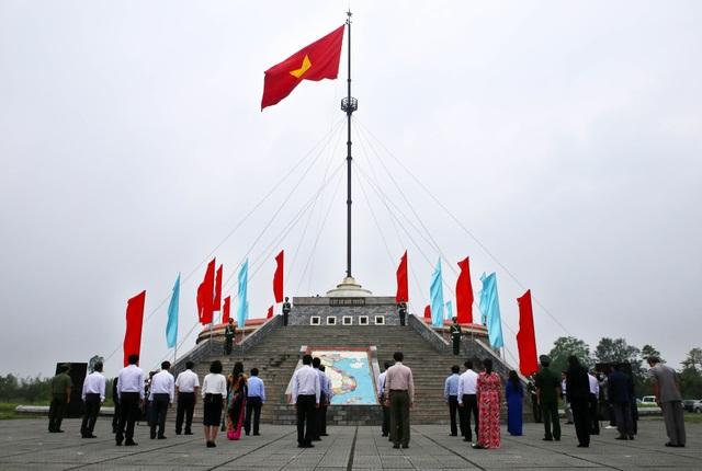 Lễ Thượng cờ kỷ niệm 45 năm ngày đất nước thống nhất ở Vĩ tuyến 17 - 1