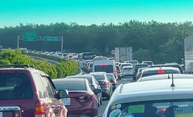 Cao tốc phía Đông Sài Gòn kẹt cứng suốt nhiều giờ - 1