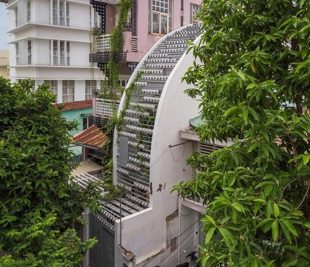 Ngôi nhà ống hẹp ở Sài Gòn với mặt tiền uốn cong vô cùng ấn tượng - 1