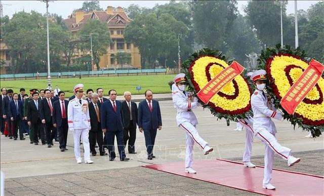 Thủ tướng vào Lăng viếng Bác nhân 45 năm Ngày thống nhất đất nước - 2