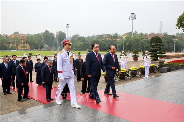 Thủ tướng vào Lăng viếng Bác nhân 45 năm Ngày thống nhất đất nước - 1