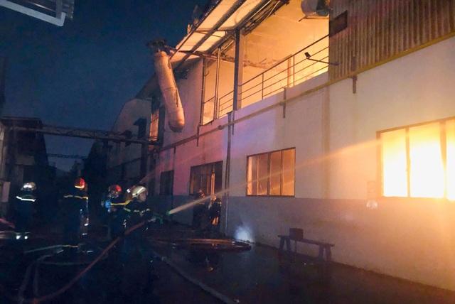 TPHCM: 33 lính cứu hoả bị thương trong lúc chữa cháy - 1