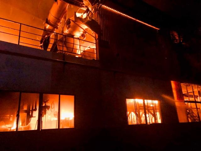TPHCM: 33 lính cứu hoả bị thương trong lúc chữa cháy - 2