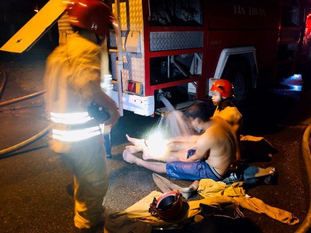 TPHCM: 33 lính cứu hoả bị thương trong lúc chữa cháy - 4