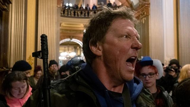 Mỹ: Người biểu tình mang súng xông vào nghị viện bang đòi dỡ phong tỏa - 1
