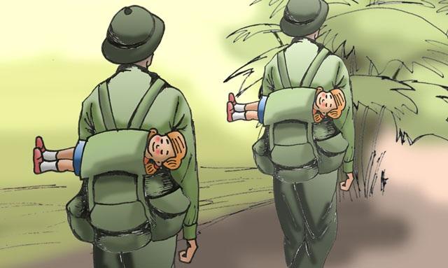 Cô búp bê có hàng mi chớp chớp trên ba lô người lính - 1