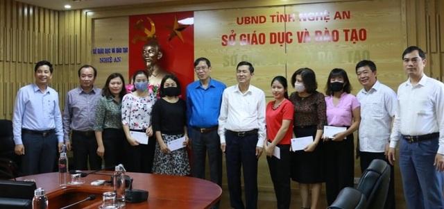 Công đoàn Giáo dục Việt Nam trao quà hỗ trợ đến các giáo viên Nghệ An - 1