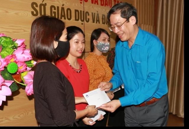 Công đoàn Giáo dục Việt Nam trao quà hỗ trợ đến các giáo viên Nghệ An - 2