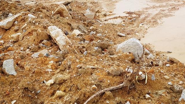Huế: Dân bức xúc vì khu tái định cư đường cao tốc san nền lẫn đá, rễ cây - 5