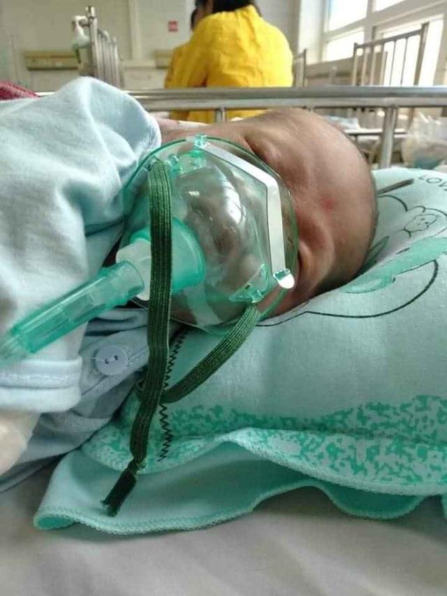 Tiếng khóc xé lòng của bé 8 tháng tuổi bị bệnh tật bủa vây - 1