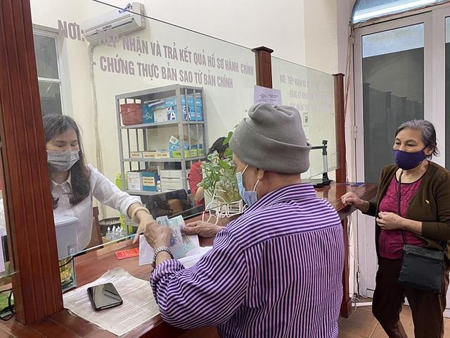 Trao tiền hỗ trợ Covid-19 đến tận tay người dân quận Ba Đình, Hà Nội - 1