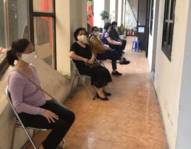 Trao tiền hỗ trợ Covid-19 đến tận tay người dân quận Ba Đình, Hà Nội - 2