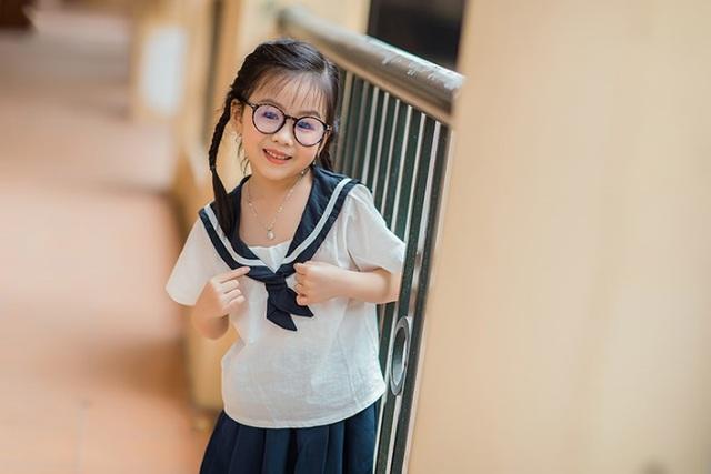 Bé gái 6 tuổi nhí nhảnh, dễ thương với bộ ảnh đồng phục học sinh - 1