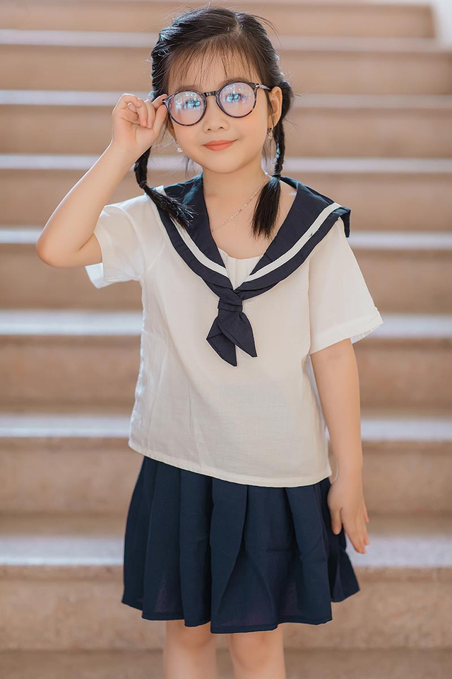 Bé gái 6 tuổi nhí nhảnh, dễ thương với bộ ảnh đồng phục học sinh - 2