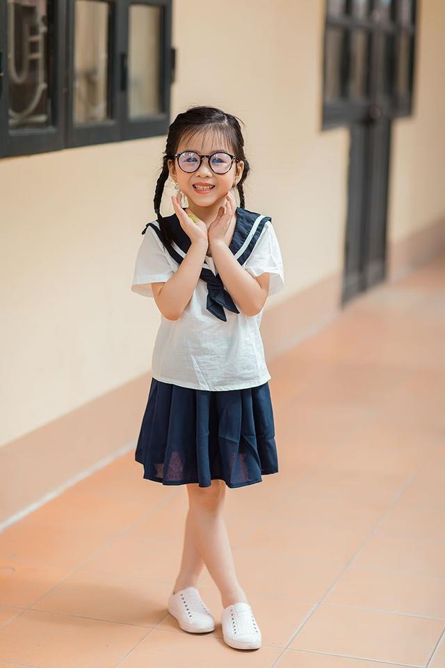 Bé gái 6 tuổi nhí nhảnh, dễ thương với bộ ảnh đồng phục học sinh - 3