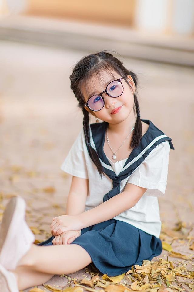 Bé gái 6 tuổi nhí nhảnh, dễ thương với bộ ảnh đồng phục học sinh - 6