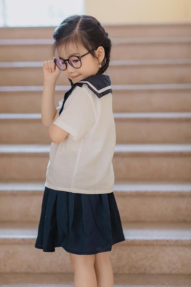Bé gái 6 tuổi nhí nhảnh, dễ thương với bộ ảnh đồng phục học sinh - 9