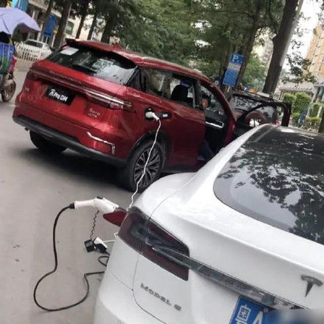 Xe chạy điện Trung Quốc cứu nguy cho xe Tesla hết điện giữa đường - 1