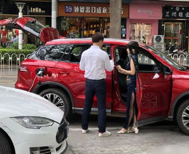 Xe chạy điện Trung Quốc cứu nguy cho xe Tesla hết điện giữa đường - 3
