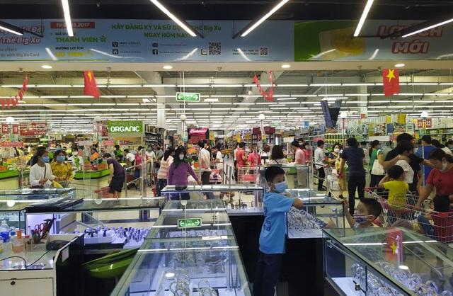 Trung tâm thương mại, siêu thị ken đặc người dịp nghỉ lễ bất chấp mùa dịch - 11
