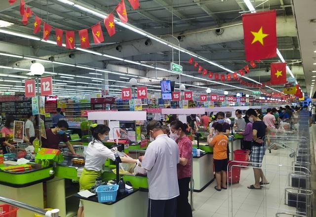 Trung tâm thương mại, siêu thị ken đặc người dịp nghỉ lễ bất chấp mùa dịch - 10