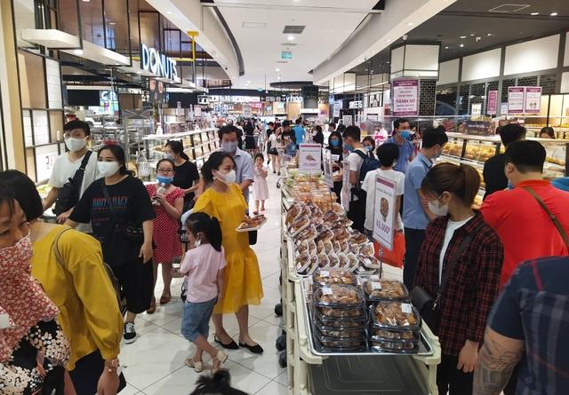 Trung tâm thương mại, siêu thị ken đặc người dịp nghỉ lễ bất chấp mùa dịch - 2