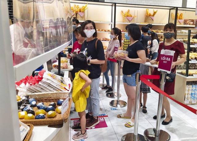 Trung tâm thương mại, siêu thị ken đặc người dịp nghỉ lễ bất chấp mùa dịch - 8