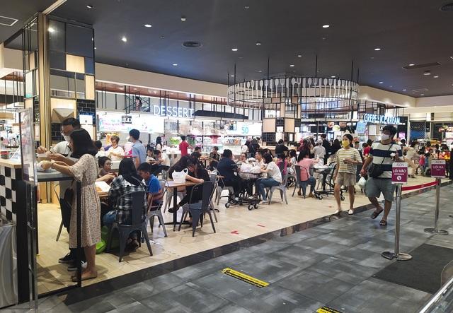 Trung tâm thương mại, siêu thị ken đặc người dịp nghỉ lễ bất chấp mùa dịch - 5