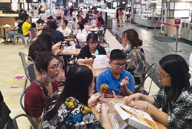Trung tâm thương mại, siêu thị ken đặc người dịp nghỉ lễ bất chấp mùa dịch - 6