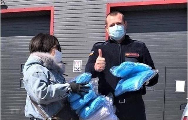 Cộng đồng người Việt ở Ukraine tặng khẩu trang cho bệnh viện - 1