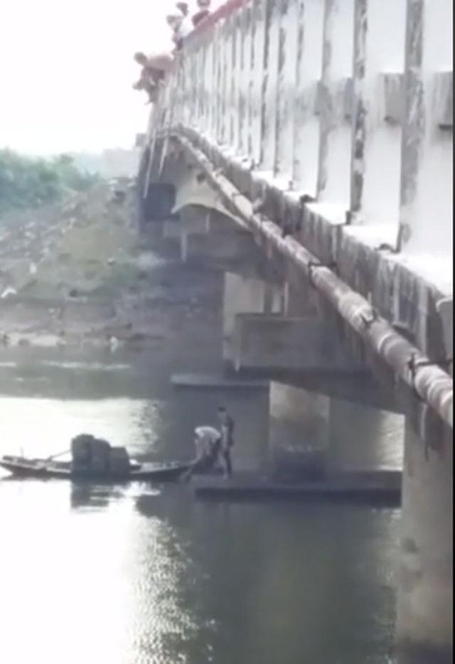 Trao Bằng khen của Đoàn cho sinh viên Lào nhảy xuống sông cứu người - 2