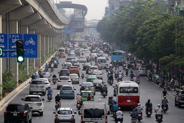Đường phố Hà Nội đông đúc trở lại sau nghỉ lễ - 1