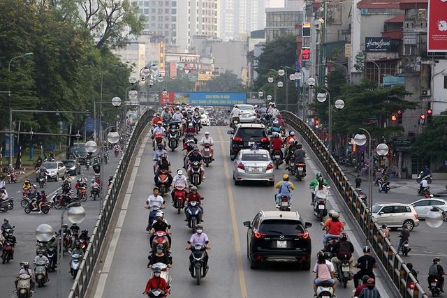 Đường phố Hà Nội đông đúc trở lại sau nghỉ lễ - 10