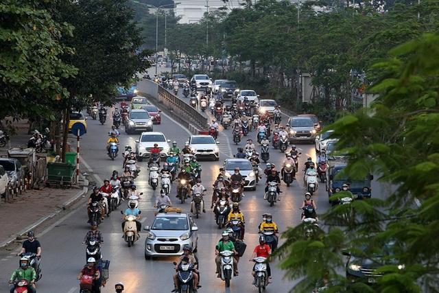 Đường phố Hà Nội đông đúc trở lại sau nghỉ lễ - 11