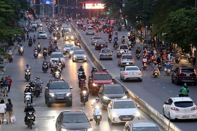 Đường phố Hà Nội đông đúc trở lại sau nghỉ lễ - 13