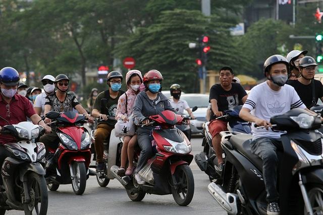 Đường phố Hà Nội đông đúc trở lại sau nghỉ lễ - 9