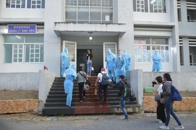 Tiếp nhận, cách ly 300 người Việt Nam về từ nước ngoài - 1