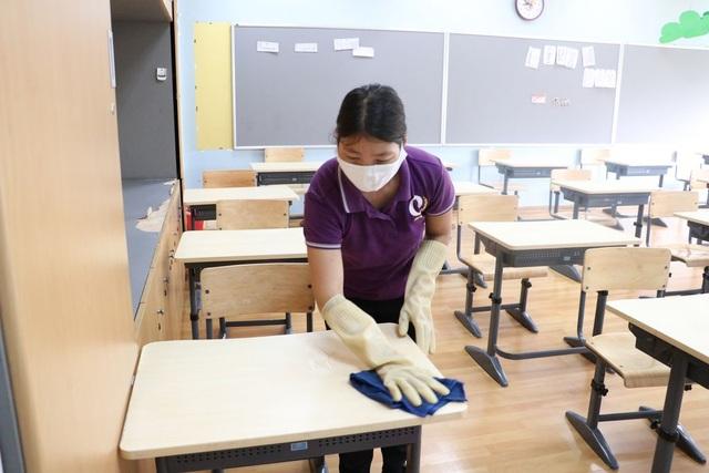 Covid-19: Nhiều giáo viên làm việc gấp đôi trong ngày đầu trở lại trường - 1