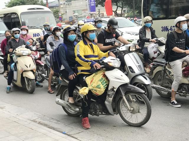 Dịch vụ xe ôm đắt khách khi dòng người ùn ùn trở lại Thủ đô - 3