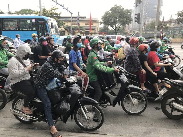 Dịch vụ xe ôm đắt khách khi dòng người ùn ùn trở lại Thủ đô - 1