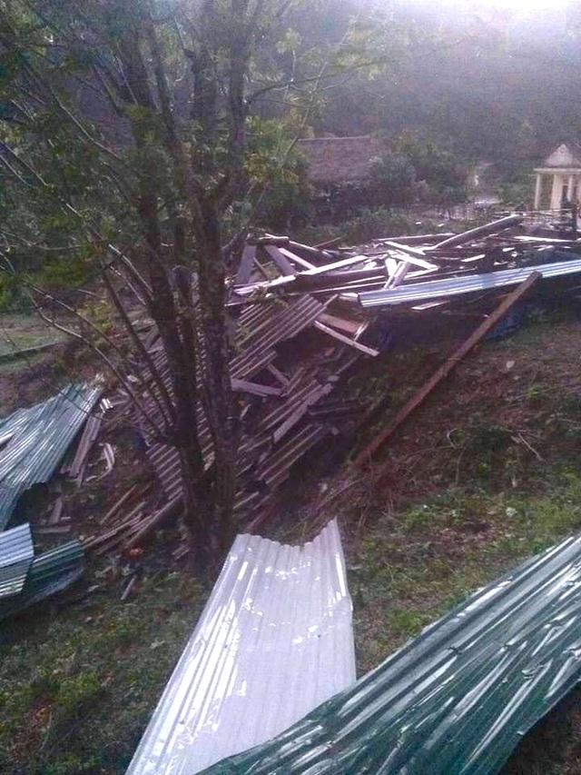 Lốc xoáy tốc mái nhiều nhà dân, cụ bà bị nhà đổ đè trọng thương - 4