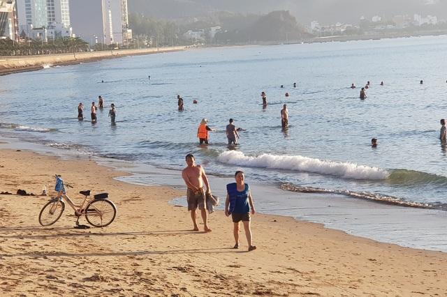 Nha Trang: Bãi biển lại nhộn nhịp sau lệnh nới lỏng giãn cách xã hội - 11