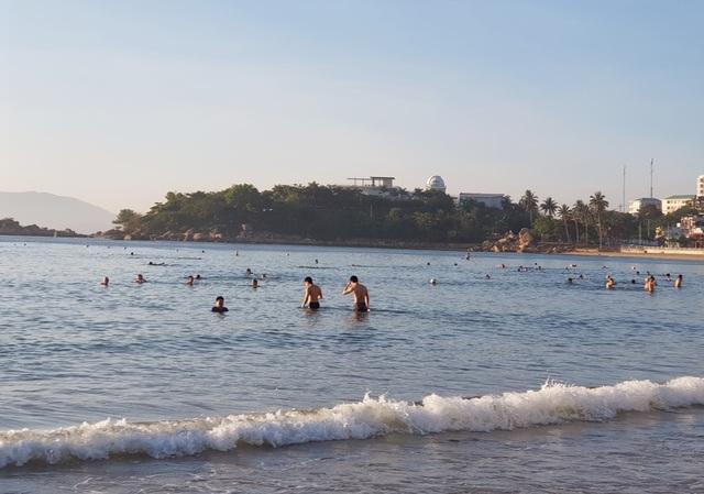 Nha Trang: Bãi biển lại nhộn nhịp sau lệnh nới lỏng giãn cách xã hội - 10