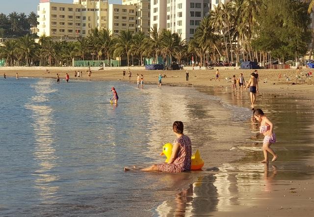 Nha Trang: Bãi biển lại nhộn nhịp sau lệnh nới lỏng giãn cách xã hội - 7