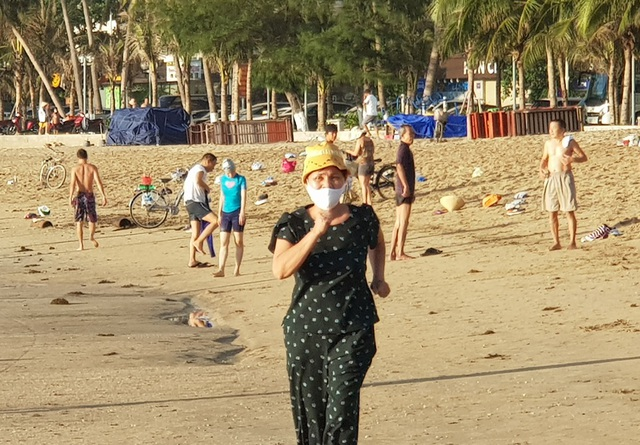 Nha Trang: Bãi biển lại nhộn nhịp sau lệnh nới lỏng giãn cách xã hội - 9