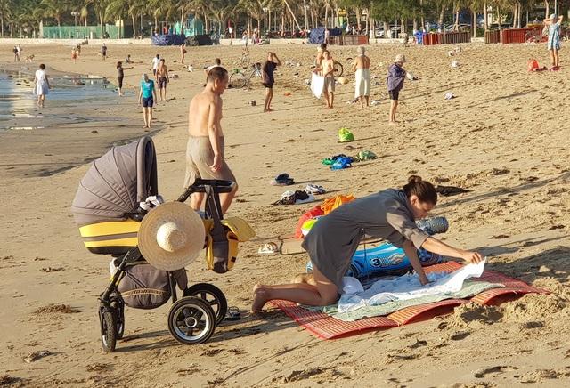 Nha Trang: Bãi biển lại nhộn nhịp sau lệnh nới lỏng giãn cách xã hội - 5