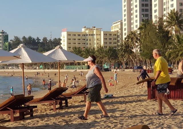 Nha Trang: Bãi biển lại nhộn nhịp sau lệnh nới lỏng giãn cách xã hội - 2