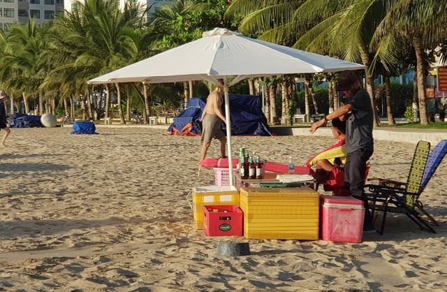 Nha Trang: Bãi biển lại nhộn nhịp sau lệnh nới lỏng giãn cách xã hội - 3