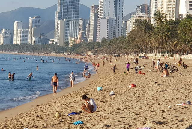 Nha Trang: Bãi biển lại nhộn nhịp sau lệnh nới lỏng giãn cách xã hội - 12